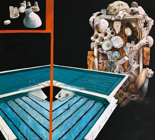 [labelTo=ITA04] ITA [/labelTo] /  [labelTo=ENG04] ENG [/labelTo]  [labelBlock=ITA04]The New Reef (2021), olio su tela, 100x90 cm  The New Reef è un progetto incentrato sulla sofferenza e sulla distruzione di molti ecosistemi marini a causa dell'uomo. La nascita di questo lavoro si lega all'esperienza di Marine Litter Art, residenza artistica che ho svolto in Sicilia nell'estate del 2021 e durante la quale gli artisti invitati hanno realizzato delle installazioni site specific avvalendosi esclusivamente dei rifiuti raccolti durante la pulizia dell'area alla foce del fiume Platani, in provincia di Agrigento. Sconvolta dalla quantità di plastica che era presente alla foce, scelsi di lavorare esclusivamente con questi materiali: polistirolo, imballaggi, bottiglie, flaconi e tappi in plastica. Al rientro però continuavo a sentire pressante il bisogno di traslare il messaggio di denuncia dell'abbandono della plastica anche nei miei dipinti, ed è da questa esigenza che è nato The New Reef. L'opera vorrebbe essere una rappresentazione distopica, ai limiti del fantascientifico, di un futuro - forse non troppo lontano - in cui l'umanità avrà causato la scomparsa della biodiversità per come la conosciamo oggi e si sarà adattata a vivere in un mondo fatto di plastica, quella stessa plastica che ha creato e di cui non sa più come liberarsi. Ho immaginato un ipotetico albergo di lusso del futuro che si proporrà ai propri potenziali ospiti come un paradiso da cui poter godere di una vista privilegiata ed esclusiva su quelle che vengono spacciate per essere le bellezze del mare: su un complicato sistema di super piscine incombe una struttura grottesca che vuole essere il simulacro di una barriera corallina. Questo elemento mi è stato ispirato dalle concrezioni sottomarine che ho avuto la possibilità di osservare nel corso di alcune immersioni nel Mediterraneo: gorgonie, anemoni, spugne ecc. che ho cercato di rievocare in chiave alterata, immaginandone una possibile metamorfosi mort